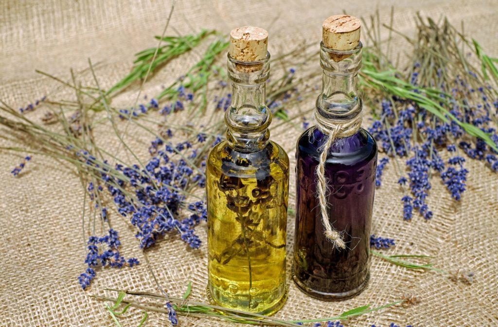 Cicatrice d'acné traitement naturel huile essentielle de lavande