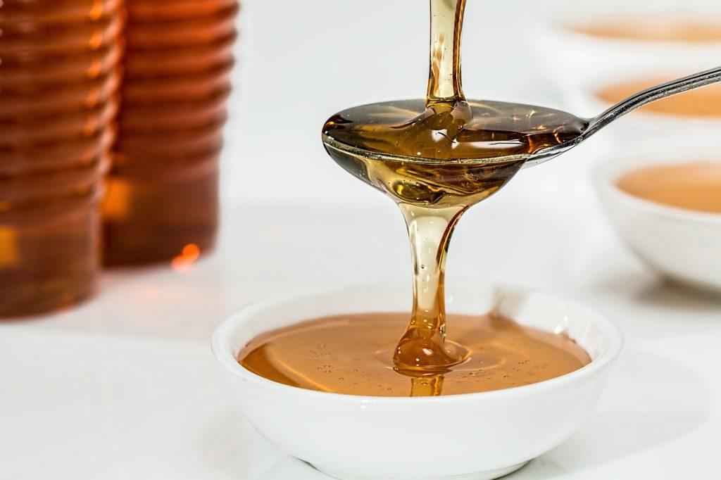 Le sel, le miel et le bicarbonate de soude pour enlever les points noirs sur le nez