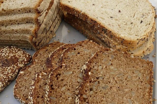 Aliments riches en fibres : Pain de grains entiers
