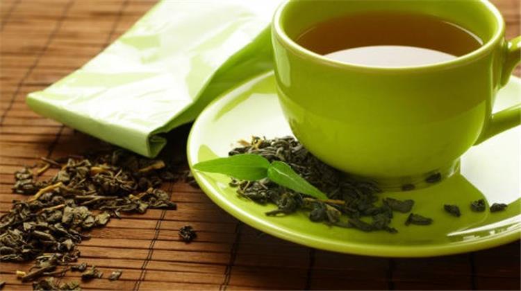 Buvez du thé vert décaféiné pour enlever les boutons sur le visage