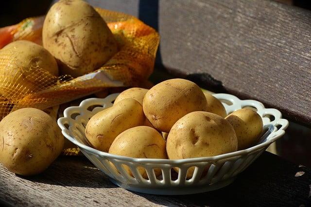 4) Les pommes de terre pour blanchir la peau en une semaine naturellement