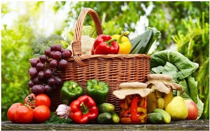 Pour traiter l'acné sur la poitrine, adoptez une alimentation saine