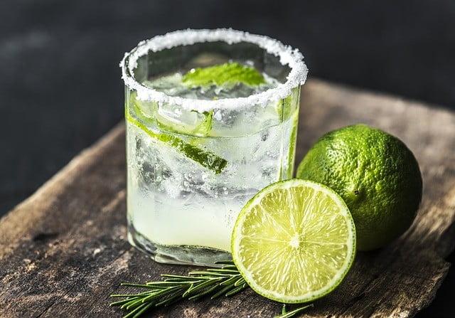 Buvez du jus de citron et plus d'eau pour traiter les boutons sur le visage