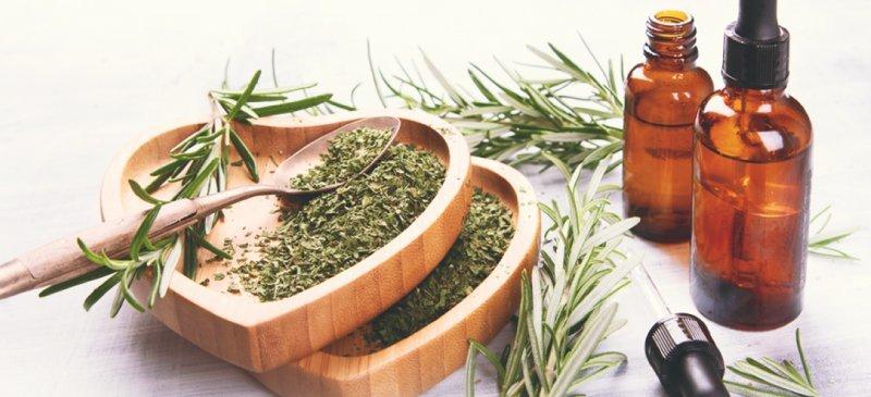 L'huile essentielle de romarin contre les maux de tête